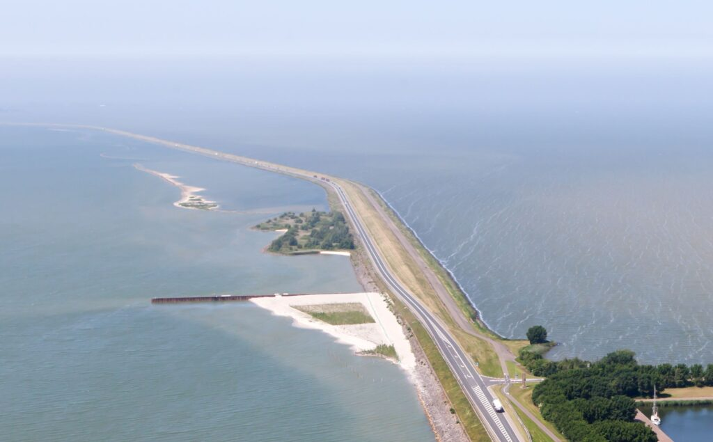'Sandy sea dike differs fundamentally from dike in a lake' 1
