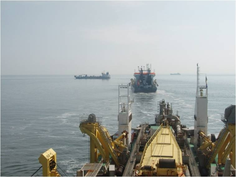 Trailing suction hopper dredgers (picture: Daan Rijks, Boskalis)